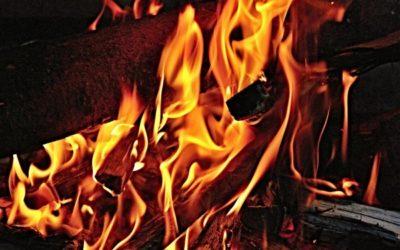Holz, das im Feuer brennt als Symbol für die Hoelle