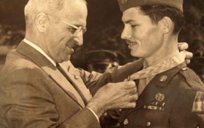 Harry S. Truman und Desmond Doss bei der Übergabe der Medal of Honor